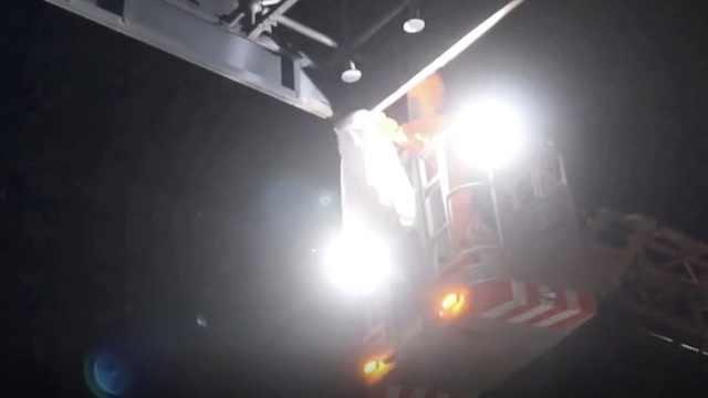 收费站藏蜂窝,消防搭云梯火烧除险