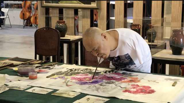 他4岁失双臂,用口足作画,最擅花鸟