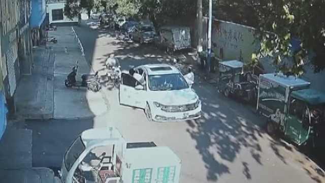 他用送奶车组团占车位,抬高停车费