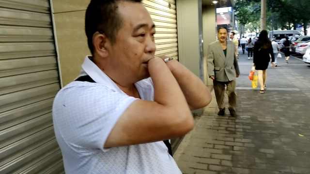 卖鱼哥双手残疾,摆摊30年每天4点起