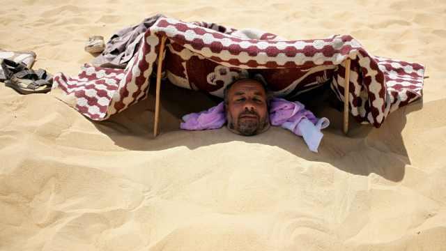 埃及养生游:全身埋进沙子可祛风湿