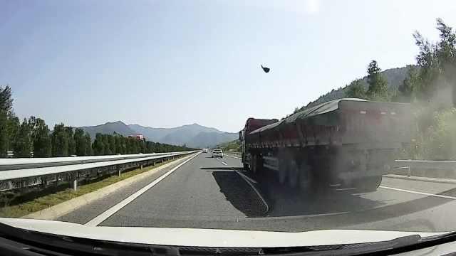 货车高速飞落碎石,吓坏后车司机