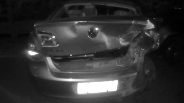男子醉酒无证驾驶,撞坏路边2小车