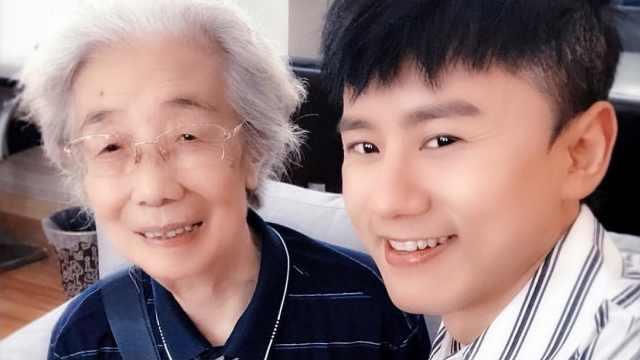 张杰86岁奶奶粉:我把他当孙子看