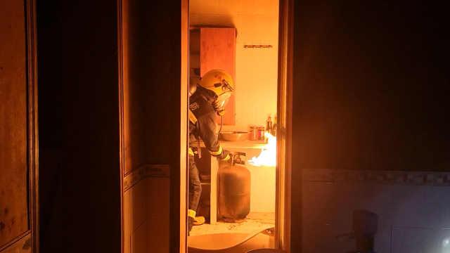 厨房煤气罐着火,消防紧急救火