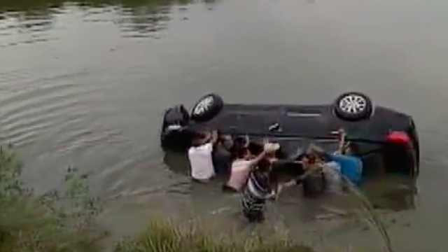 一家三口自驾游 汽车翻入水塘