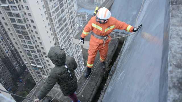 8岁娃不想上学,竟爬33楼威胁父母