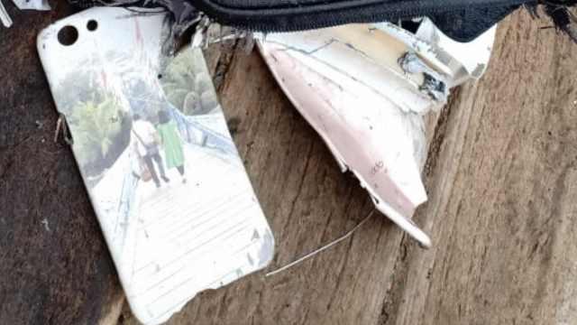 伤心!印尼失事客机乘客手机壳捞出