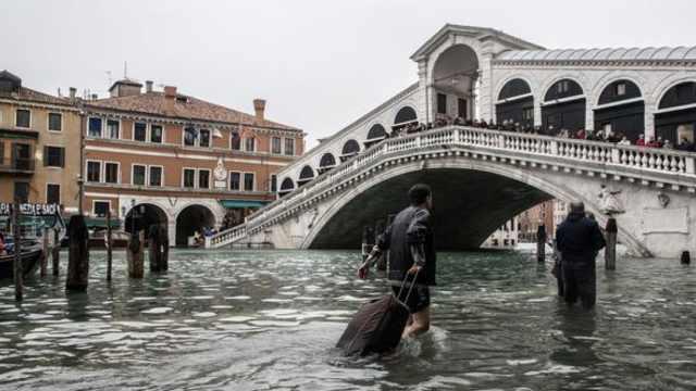 水淹威尼斯深达一米:游客游泳出行