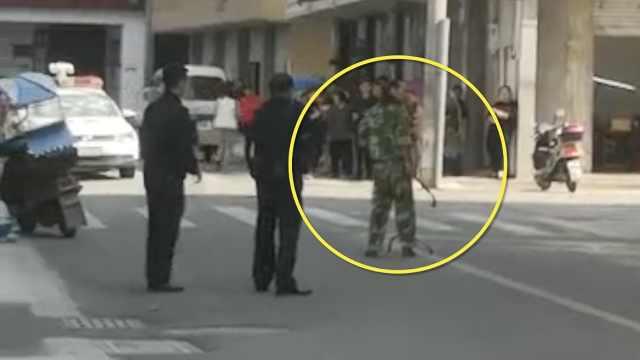 持刀男子砸警车,民警开枪击腿制服