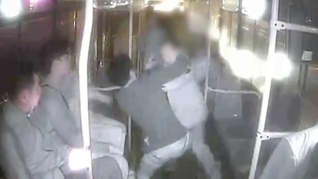 男子辱骂公交司机,乘客劝阻被暴打