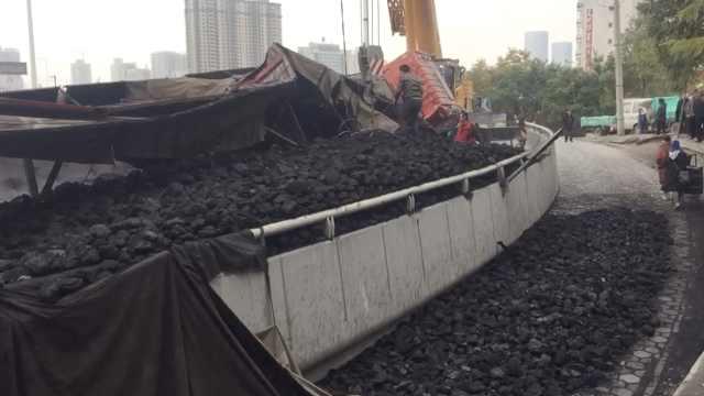 想省钱货车冲卡猛侧翻,30吨煤被扣