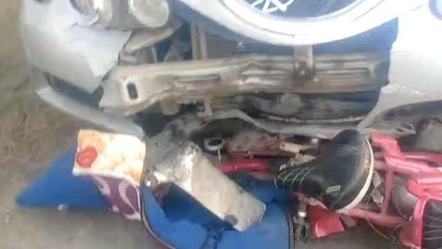 小车撞2人逃逸,竟顶电动车跑数公里