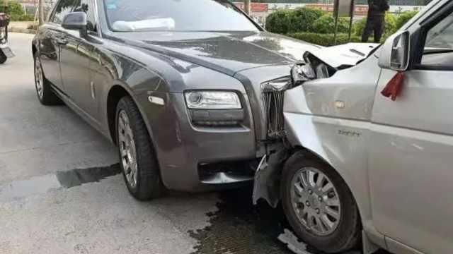 五菱神车撞上劳斯莱斯,车头都烂了