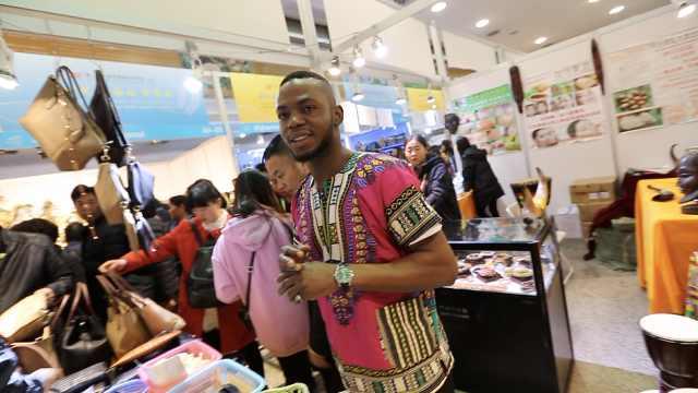 非洲小伙中国卖货,熟练跟顾客讲价