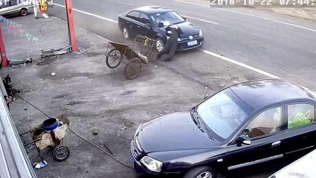 司机低头回微信,将7旬老人撞出20米