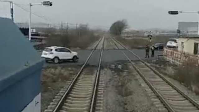 险!2车相撞停轨道旁,火车被逼停