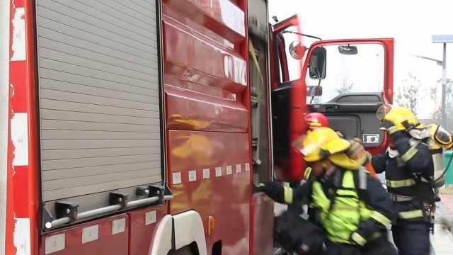 消防员负重百斤,1分55秒爬28层楼