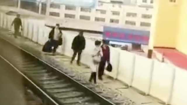 大连轻轨突故障,乘客走轨道回站台