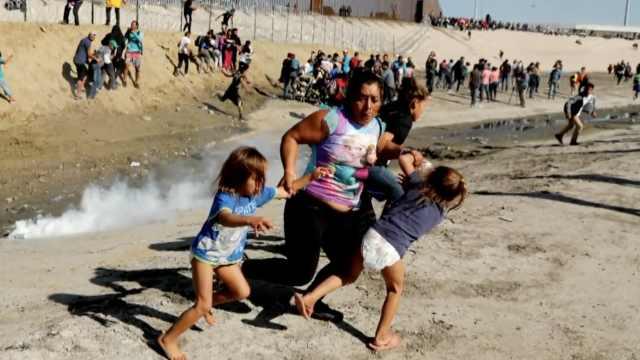 母亲带女儿强闯美墨边境遇催泪弹