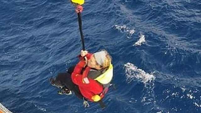 漂流50小时!中国货轮营救英女船手