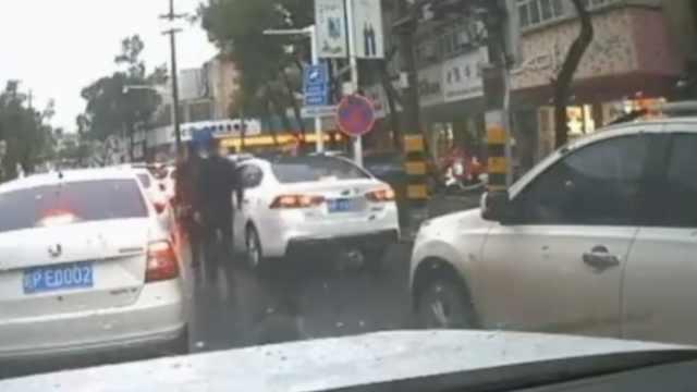 民警遇车窗抛物,捡起霸气扔回车里