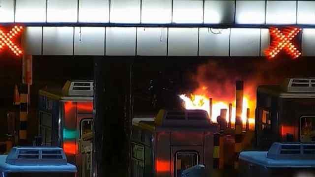 轿车爆燃火势猛,交警消防联手灭火