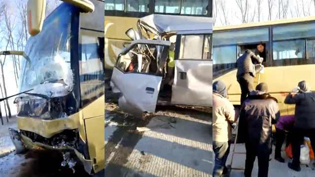 大客车与面包车相撞,乘客爬窗逃出
