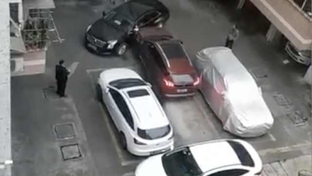 小区车位被堵,硬核车主撞开一条路
