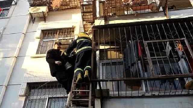 老人摔落二楼窗外,小伙爬上去救
