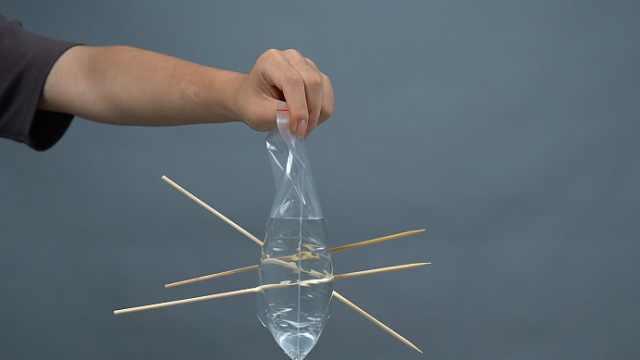 竹签插进装了水的密封袋,会漏水吗