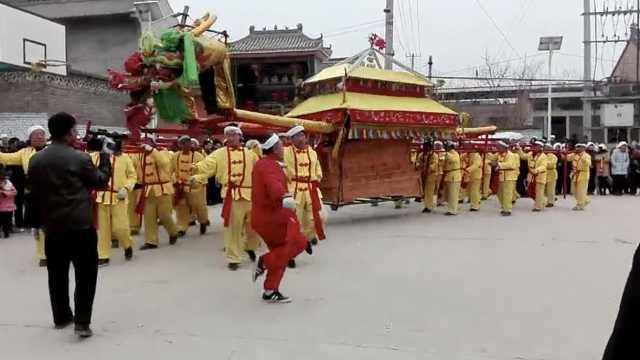 山西現豪華葬禮:30人抬雙龍棺出殯