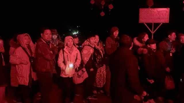 漓江景区人挤人,导游凌晨排队买票