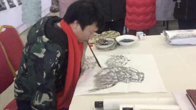 无臂青年12年苦练,以口执笔画国画