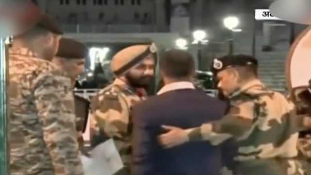 被释放印度飞行员步行进入印度边境