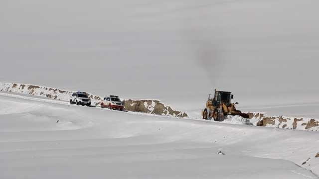 大雪封山,推土机开道送学生去报到