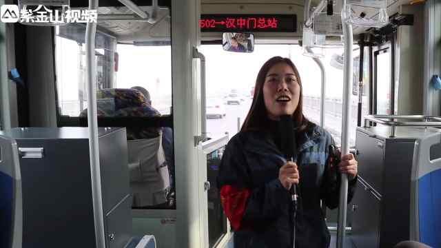女公交乘务员自学英语,用双语报站
