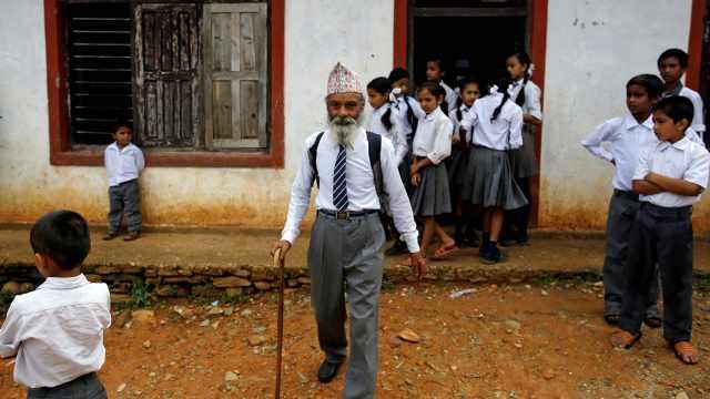 70岁大爷坚持每天上学