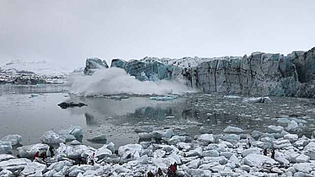 冰山美景崩塌引巨浪,游客紧急避难