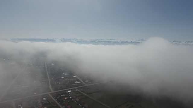 大草原现罕见云海,翻滚环绕如仙境