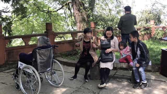 她牵95岁母亲爬山,女儿随身拎轮椅