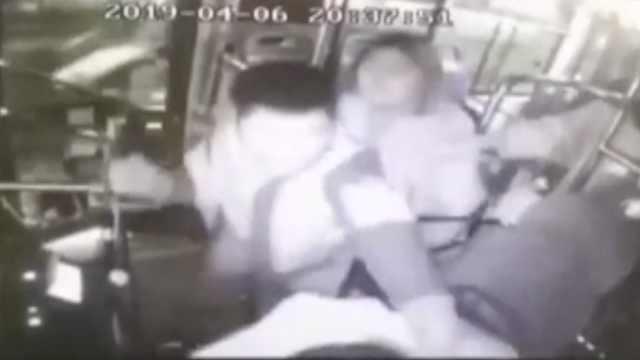 公交司机劝阻男子吸烟,遭对方暴打