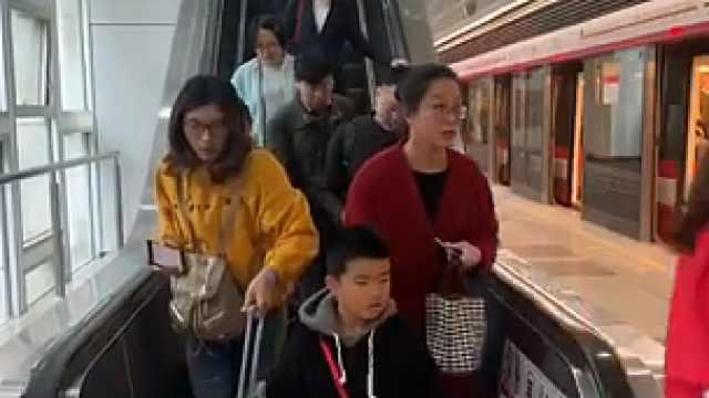 """上海地铁扶梯禁止""""左行右立"""""""
