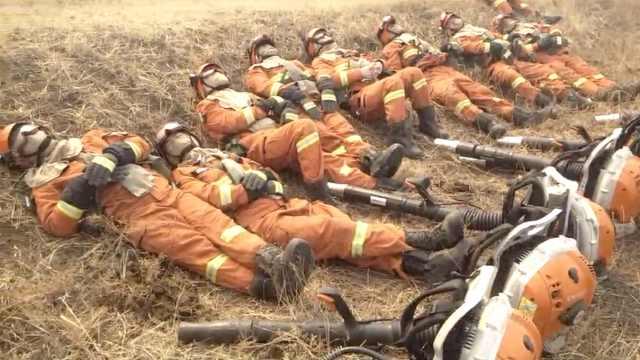 消防扑火一夜累瘫,躺10分钟又出发