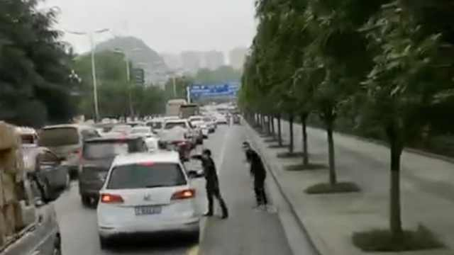 2小伙狂奔为消防车开道:为生命让路
