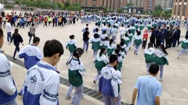 地震逃生演练,2568师生3分钟跑出