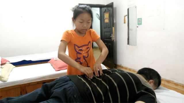 暖心棉袄!10岁女父亲节为盲父按摩