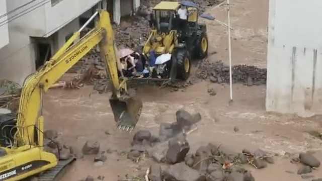 四川暴雨:洪水冲走汽车,挖掘机救人