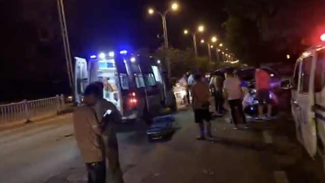 多人持棍追打小汽车,警方敦促投案