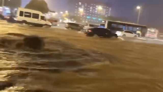 长沙暴雨多地积水,多辆车泡在水中